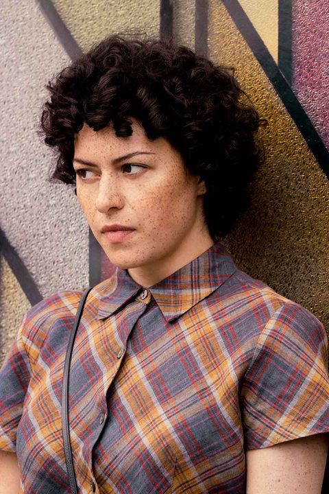 alia shawkat arrested development transparent search party curly hair natural androgynous freckles makeup